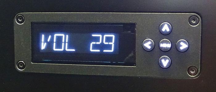 Die Menüsteuerung erfolgt über 5 Tasten am Gerät; das Display ist auch von Weitem gut sichtbar.