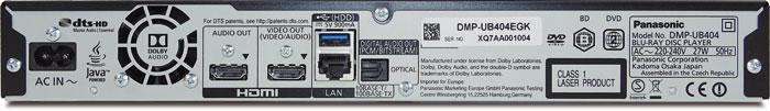 Der Panasonic DMP-UB404 verzichtet auf analoge Schnittstellen, bietet dafür aber zwei HDMI-Ausgänge. Einer davon ist für die Audio-Ausgabe gedacht, kann jedoch auch mit Full-HD-Videosignalen belegt werden. Der Lüfter bläst die Abluft meist leise aus dem Gehäuse.