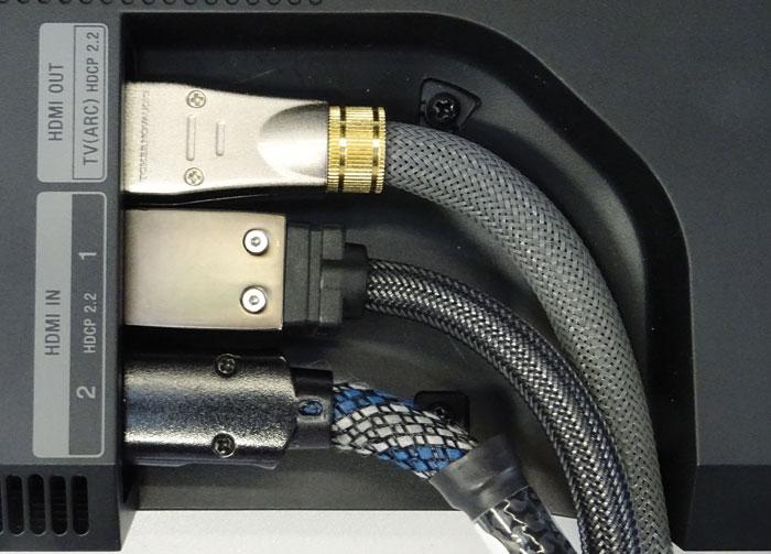 Die HDMI-Anschlüsse befinden sich an der Rück- bzw. Unterseite. Die Aussparung für die Kabel ist etwas klein geraten, steife Strippen müssen stark geknickt werden.