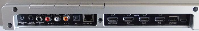 Auf der Gehäuserückseite findet man einen HDMI-Ausgang samt ARC, sowie 3 HDMI-Eingänge. Ton gelangt zudem via Toslink- und Koax-Buchse sowie Stereo-Cinch ins Gerät. Links über dem Anschlussterminal sitzen die Bedientasten.