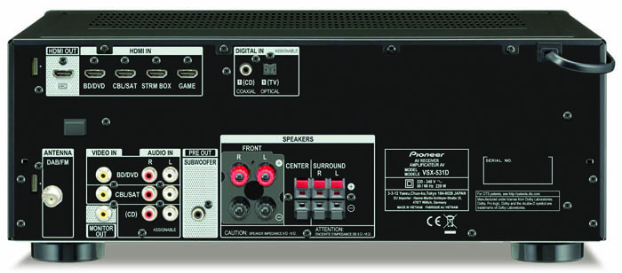 Ausgedünnt: Zu 4 HDMI-Eingängen und 1 HDMI-Ausgang gesellen sich nur 3 Stereo-Cinch- und 2 Digitaleingänge. Ärgerlich: Für den Center und die Surround-Boxen gibt es nur Klemmterminals; ein Phono-Eingang fehlt.