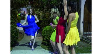 Mia (Emma Stone, blaues Kleid), Alexis (Jessica Rothe, gr¸nes Kleid), Tracy (Callie Hernandez, rotes Kleid) und Caitlin (Sonoya Mizuno, gelbes Kleid)