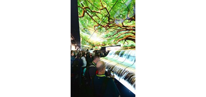 """LGs """"OLED Falls"""" begeistern Besucher auf der CES"""